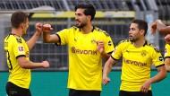 Die Dortmunder freuen sich über das goldene Tor von Emre Can (Zweiter von links).