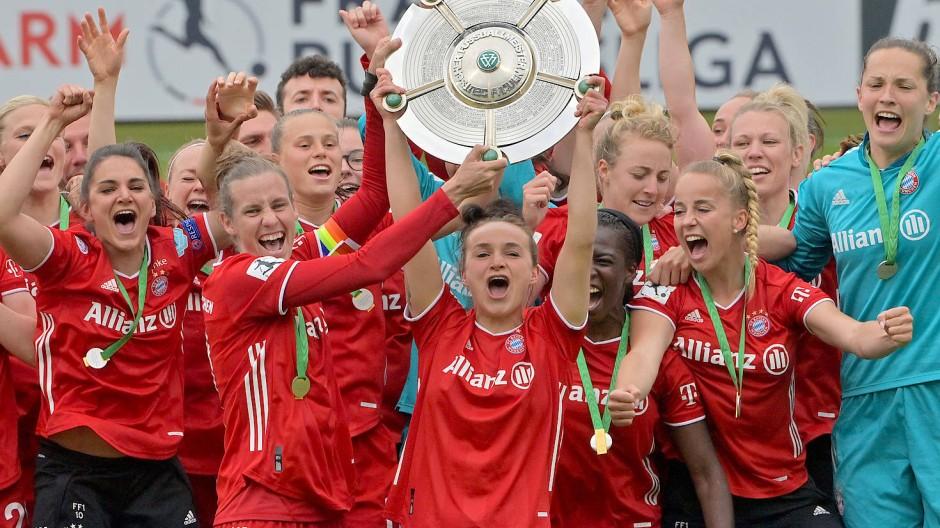 Da ist das Ding: Die Fußballfrauen des FC Bayern mit der Meisterschale.