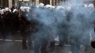 Ein Feuerwerkskörper explodiert neben Polizisten in Köln.