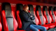 Peter Bosz kann nicht zufrieden sein: Der Arbeitsbeginn in Leverkusen endet mit einer Heimniederlage.