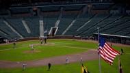 Die Flagge weht, das Spiel geht weiter: Aus Angst vor Ausschreitungen aber ohne Zuschauer