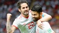 Spaniens Isco (links) feiert mit dem Torschützen zum 1:0, Diego Costa.