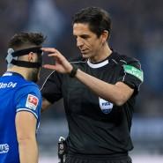 Passt, wackelt und hat Luft: Schiedsrichter Aytekin (rechts) und die Gesichtsmaske von Kolasinac.