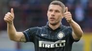 Beide Daumen hoch: Lukas Podolski steht in der Startelf und gewinnt mit Inter