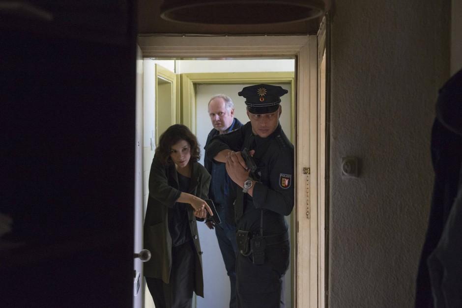 Es geht auch gemeinsam: Sarah Brandt (Sibel Kekilli), Thorsten Rausch (Tom Wlaschiha) und Klaus Borowski (hinten, Axel Milberg) vermuten Einbrecher in der Wohnung von Steinhaus