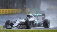 Auf nasser Piste läuft nicht alles reibungslos für Nico Rosberg im Training von Melbourne.