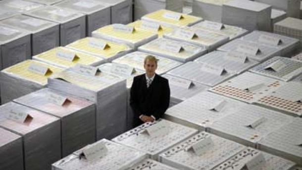 James Bond zockt mit Spielkarten aus Ostdeutschland