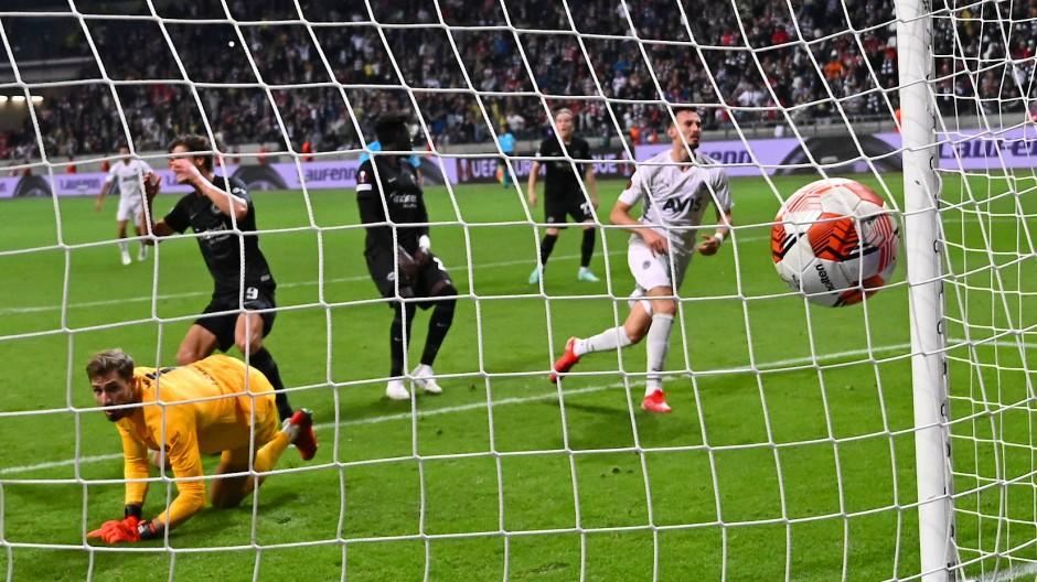 Schreckmoment für die Eintracht: Istanbuls Mergim Berisha (r) traf im Elfmeter-Nachschuss. Doch das Tor wurde wieder aberkannt.