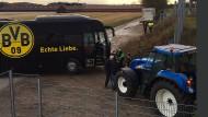 BVB-Mannschaftsbus bleibt im Acker stecken