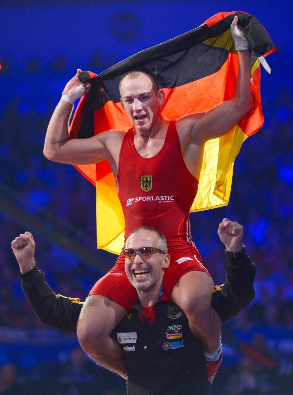 Auf Schultern getragen: Frank Stäbler jubelt mit Trainer Andreas Stäbler über seinen WM-Titel