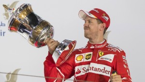 Vettel lächelt und gewinnt wieder