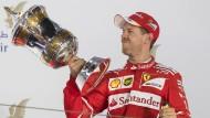 So ein schöner Pokal: Sebastian Vettel mit der Trophäe von Bahrein.