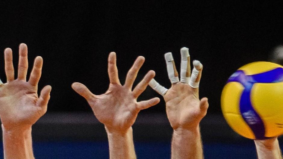 Hände hoch: die Vereine der Volleyball-Bundesliga sind von der Corona-Krise bedroht.