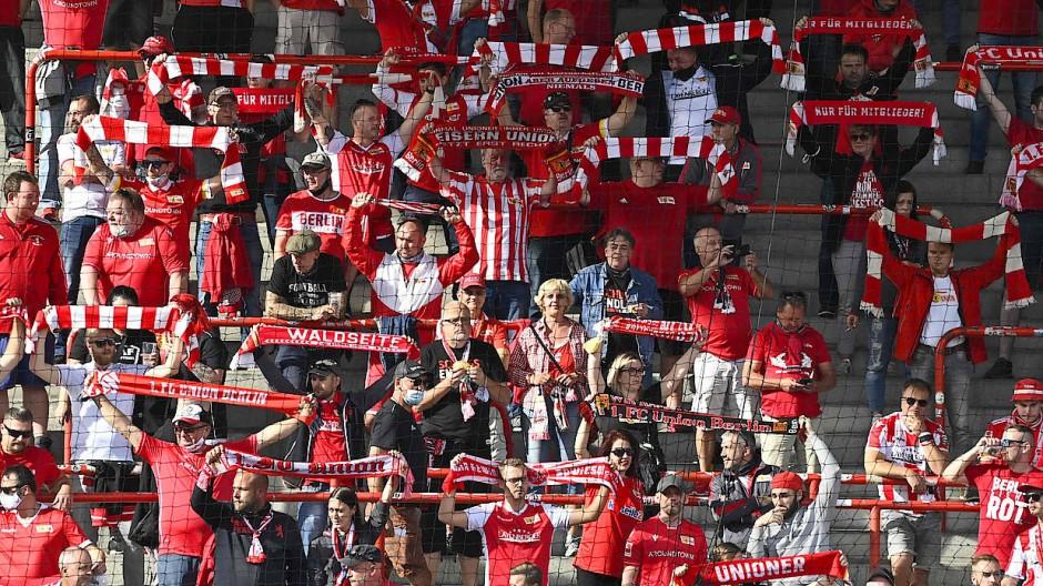 Anhänger von Union Berlin, hier 2020: Am letzten Bundesligaspieltag dieser Saison sollen sie auf die Ränge zurückkehren.