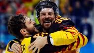 Matthias Plachta und Yannic Seidenberg sind nach dem Sieg über Kanada völlig aus dem Häuschen.