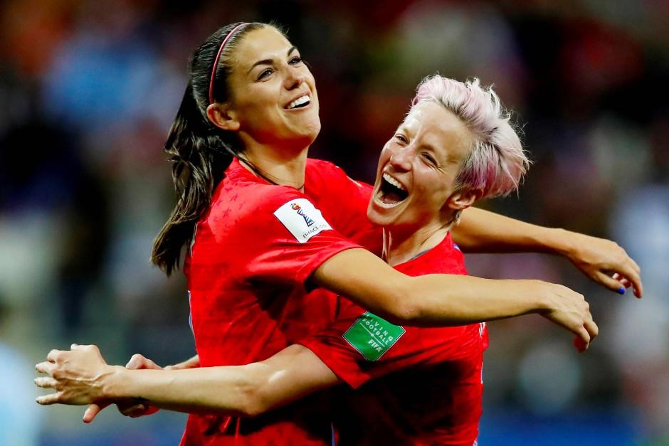 Spielt in der englischen Liga: Frauenfußballstar Alex Morgan (links) aus den Vereinigten Staaten, hier neben Megan Rapinoe 2019