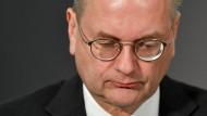 Reinhard Grindel gibt seine Posten bei Fifa und Uefa ab.