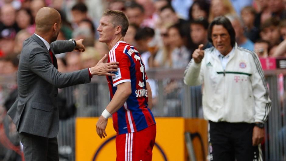 Spannung in der Luft: Müller-Wohlfahrt im Disput mit Guardiola nach einer Auswechslung des Dauerpatienten Schweinsteiger am 10. Mai 2014
