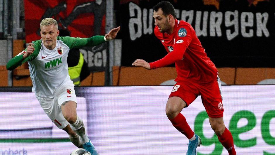 Dank Winter-WM mehr im Fokus: Ein Spiel wie Mainz gegen Augsburg (im Bild der Augsburger Philipp Max (links) und der Mainzer Levin Öztunali im Duell) könnte mehr Aufmerksamkeit generieren.