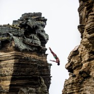 Der Brasilianer Jucelino Junior bei einem Klippensprung auf den Azoren