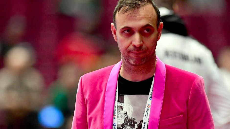 Beim Spiel gegen Weißrussland fiel Bob Hanning mit einem rosa Sakko auf.