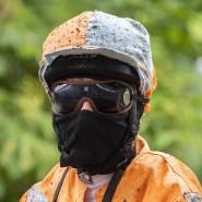 Das Atmen fällt schwer: Ein Jockey mit Schutzmaske beim Frühjahresmeeting in Iffezheim