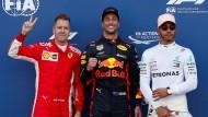 Daniel Ricciardo (Mitte) und Sebastian Vettel (links) sind gut gelaunt, Lewis Hamilton lässt sich nichts anmerken.