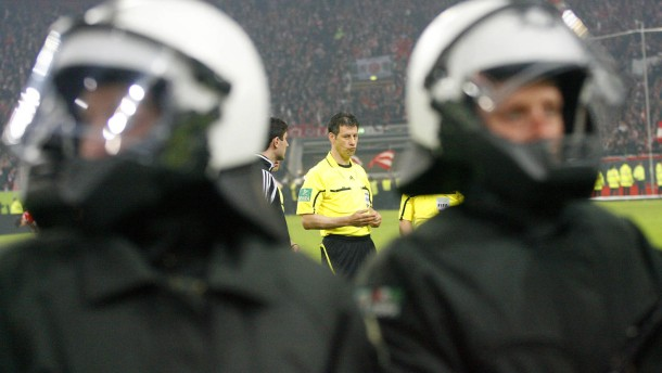 Schiedsrichter zeigt Hertha-Spieler an