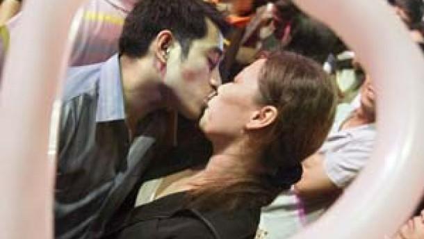 Du weißt doch, was ein Kuss bekennt?