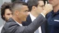 Voller Zuversicht: Cristiano Ronaldo auf dem Weg zu seiner Vorstellung in Turin.