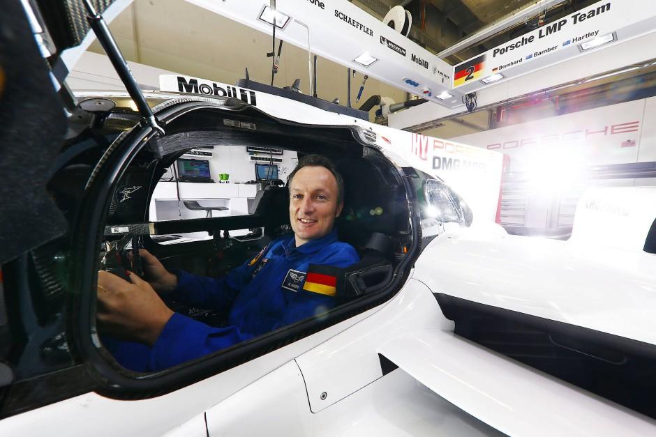Im falschen Cockpit: Astronaut Maurer am Steuer von Bernhards Porsche