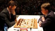 Im April in Karlsruhe verlor Vincent Keymer (rechts) nur knapp gegen Weltmeister Magnus Carlsen.