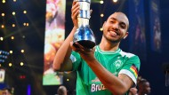 Der Sieger und sein Pokal: Mohammed Harkous gewinnt die Fifa-WM in London