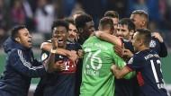 Die Bayern feiern in Leipzig: Die Münchner kommen nach Elfmeterschießen weiter.