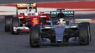 Noch hintendran, bald vorne? Sebastian Vettel (l.) verfolgt Lewis Hamilton bei den Testfahrten