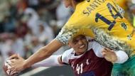 Die Lücke gefunden: der Qatarer Youssef Benali (l.) entwischt dem Brasilianer Santos