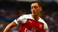 Mesut Özil zeigte gegen Chelsea keine starke Leistung.