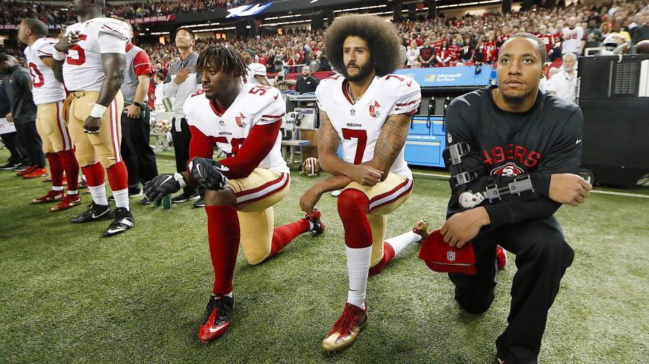Knien aus Protest gegen Rassismus: Colin Kaepernick (7) und Eli Harold (58)