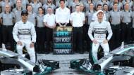 Ein Erinnerungsfoto mit dem gesamten Team: Lewis Hamilton nimmt seine Sonnenbrille lieber nicht ab.