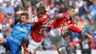 Ein wenig in Turbulenzen: Mainz 05 fürchtet um seine Innenverteidiger wie Niko Bungert (Mitte)