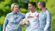 Musterschülerin: Bundestrainerin Martina Voss-Tecklenburg (links) und Assistent Patrik Grolimund bauen auf Lena Oberdorf (Mitte).