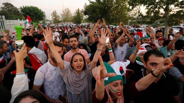Frauen und Männer schauen in Iran erstmals gemeinsam Fußball