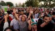 Mussten zunächst gemeinsam vor dem Stadion ausharren, dann ging es zusammen zum Public Viewing: iranische Männer und Frauen jubeln ihrem Team bei der WM zu.