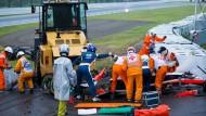 Jules Bianchi wird an der Unfallstelle behandelt