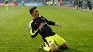Özil bringt Arsenal an die Spitze
