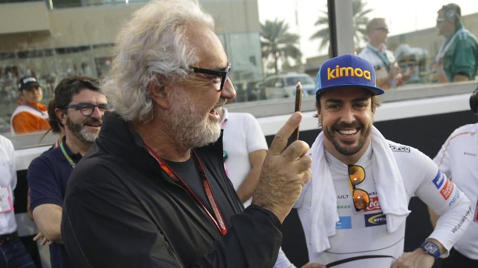 Voller Lob für den einstigen Weltmeister – oder doch nicht? Flavio Briatore (Mitte) neben Fernando Alsonso (Mitte, rechts) in Abu Dhabi.