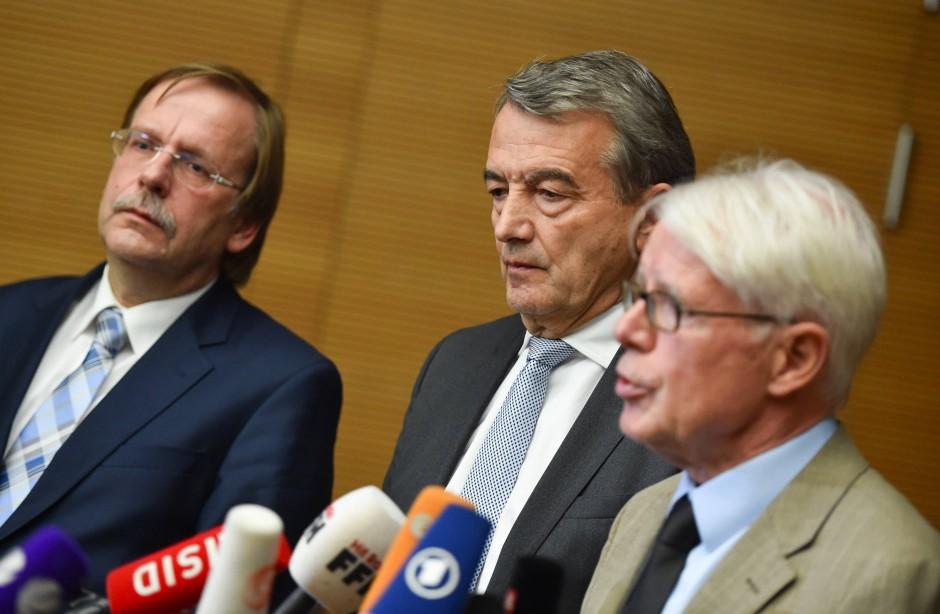 In der Rolle des Zuhörers:  Koch bei der Verkündigung des Rücktritts neben Niersbach (Mitte) und Reinhard  Rauball (rechts)