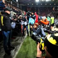 Im Mittelpunkt: Der neue BVB-Coach Peter Stöger steht nur scheinbar am Bildrand und bekommt später freie Sicht auf den Dortmunder Sieg in Mainz.