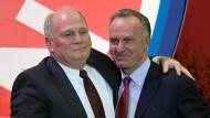 """""""Bei den Mitgliedern war und ist er zu Recht beliebt"""": Karl-Heinz Rummenigge (rechts) über Uli Hoeneß (Bild von November 2013)"""