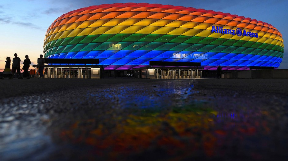 Erst nach der EM durfte die Münchner Arena in Regenbogenfarben zum Christopher Street Day am 10. Juli leuchten.